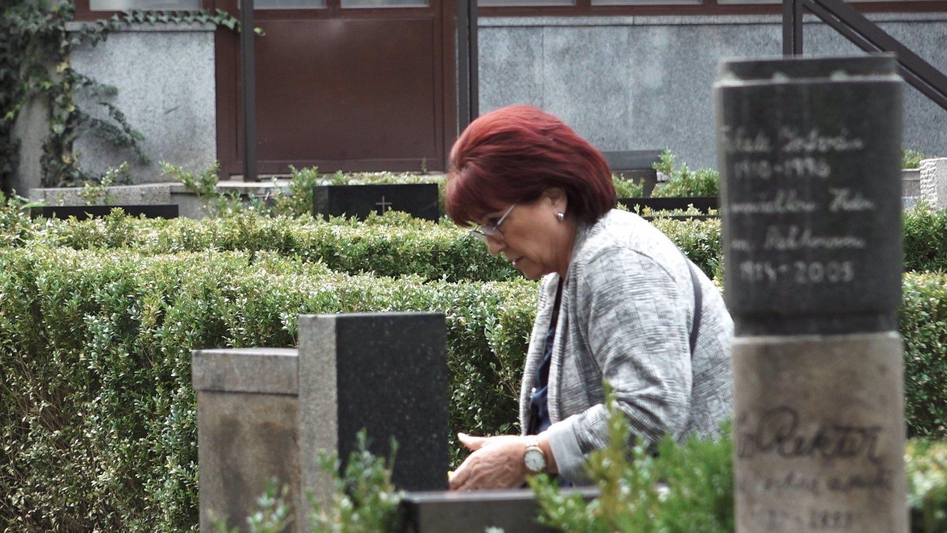 Na Václava Postráneckého nezapomíná: Vdova Helena donesla na hrob květiny