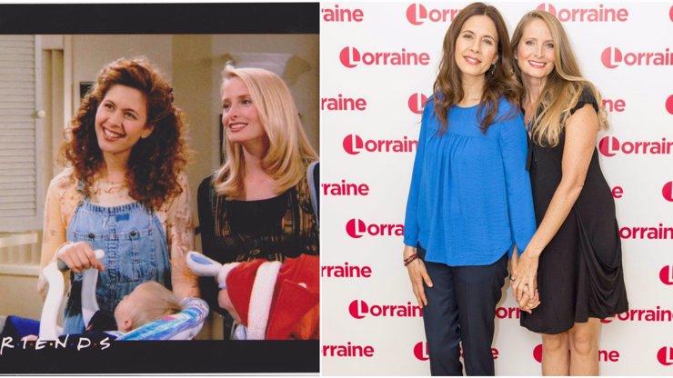 Pamatujete si na lesbičky ze seriálu Přátelé? Za ruce se drží i dnes!