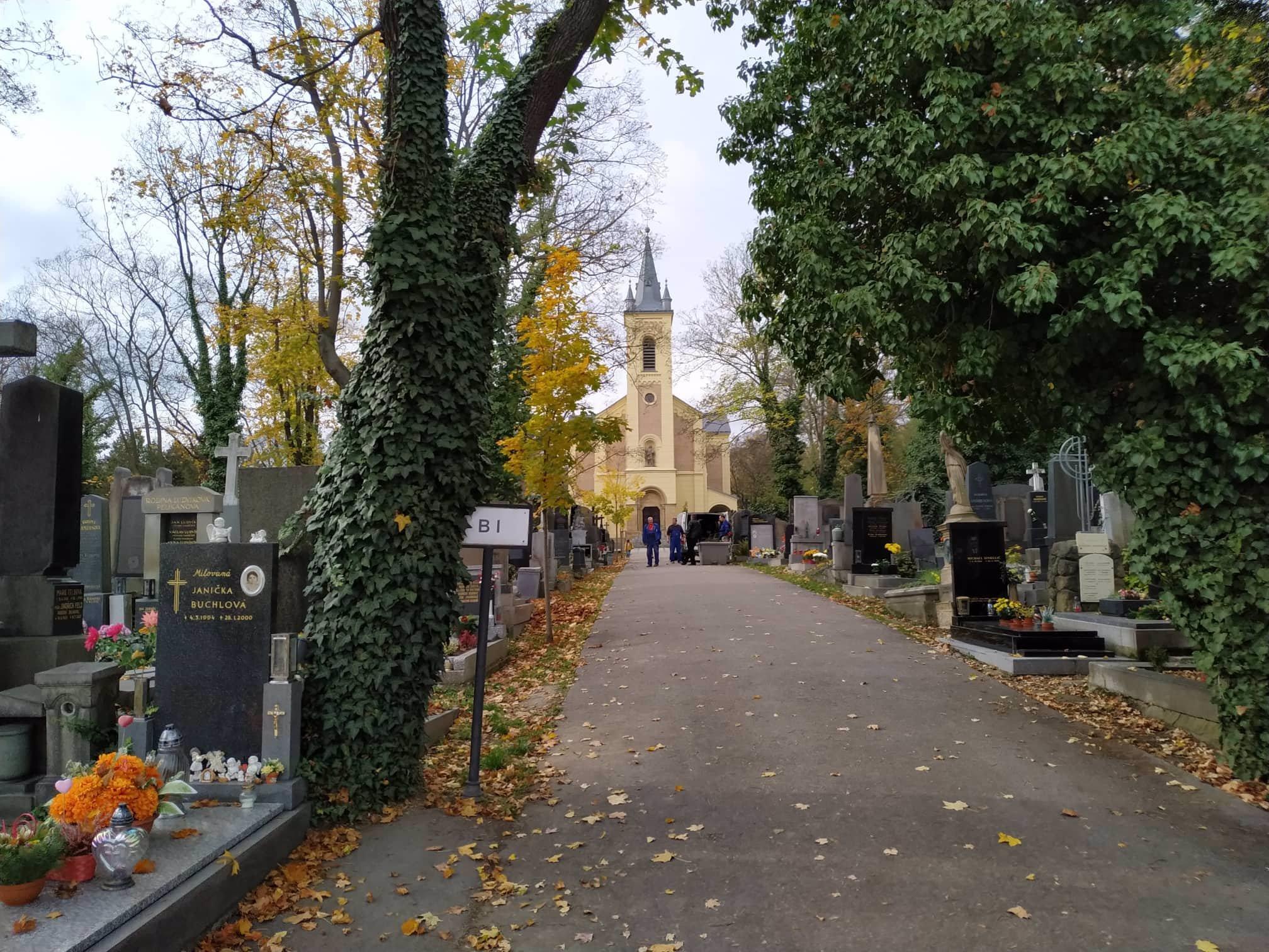 Exkluzivně z Malvazinek: Lidé na Dušičky truchlí za Karla Gotta, marně hledají jeho hrob