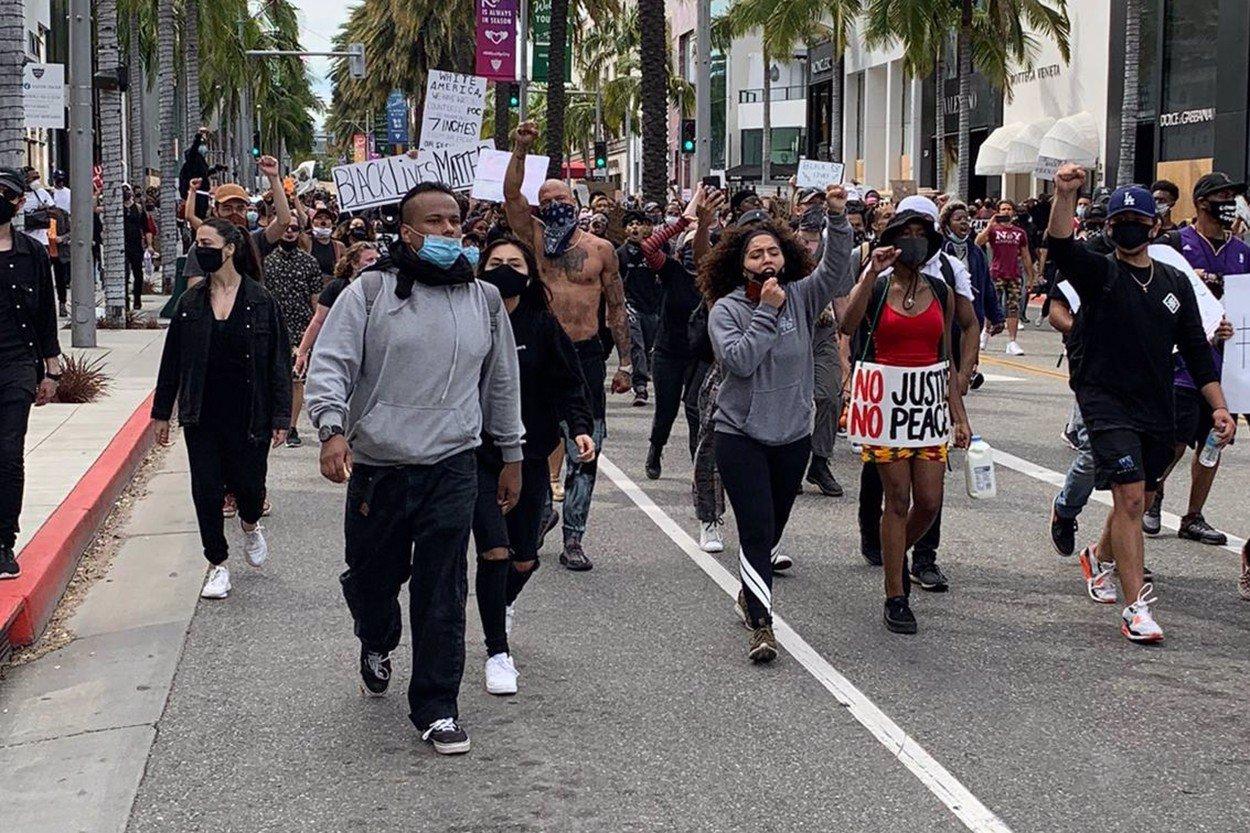Rabování a pouliční válka: Trump proti agresivním demonstrantům povolá armádu