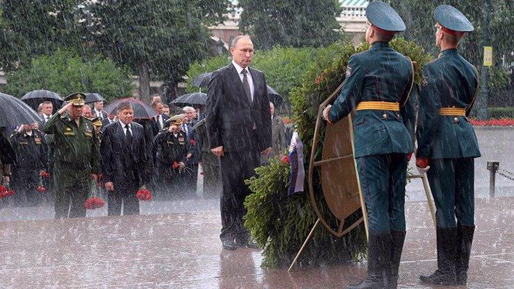 Mokrý ruský hrdina! Putin salutoval padlým hrdinům a liják přetavil v propagandu