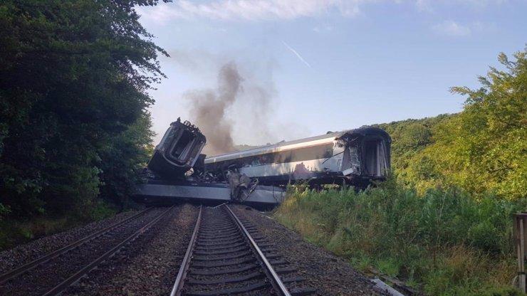 Tragédie na železnici: Ve Skotsku vykolejil vlak. Kromě helikoptéry zasahují na místě desítky záchranářů