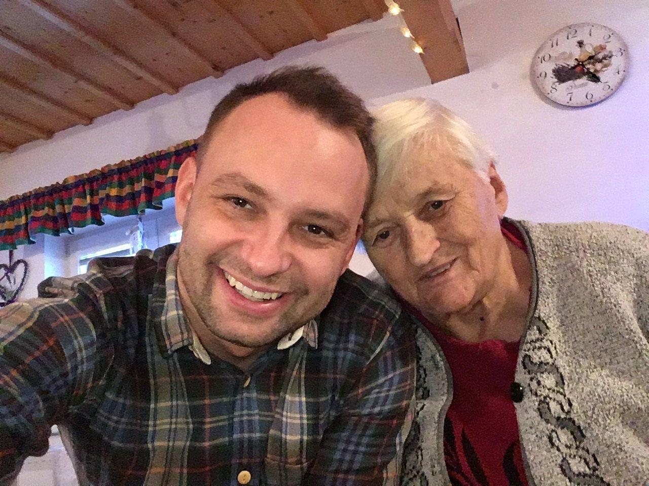 Marek Dědík s babičkou (82)