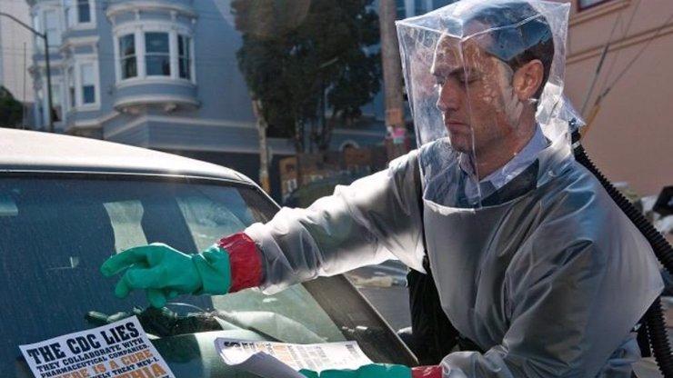 Jude Law v 10 let starém filmu Nákaza: Vědci mě už tehdy varovali, že pandemie přijde