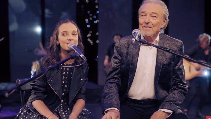 Charlotte Ella Gottová a Karel Gott při natáčení písně Srdce nehasnou (2019).