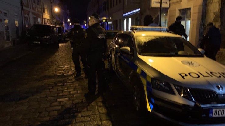 Divoká noc v Budějovicích s otevřenými bary: Do plné hospody na heslo vrazilo komando