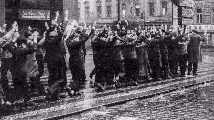 Den vítězství: Prohlédněte si unikátní fotografie z krvavého konce války