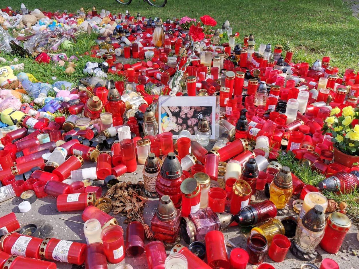 Tragédii v Bohumíně připomíná obří pietní místo. Lidé stále chodí zapalovat svíčky