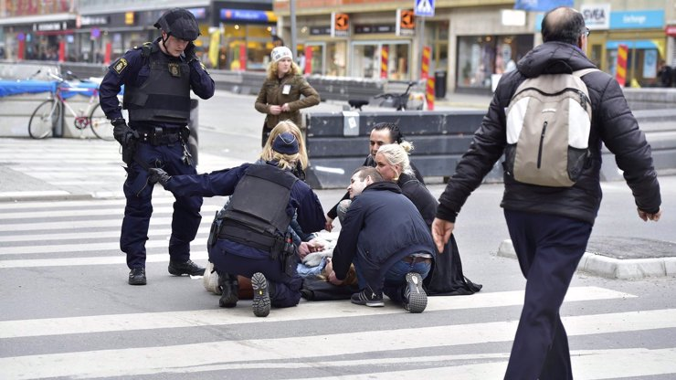 MASAKR VE STOCKHOLMU: Řidič kamionu z Uzbekistánu najel do nákupního centra omylem! Jeho cíl byl jinde!