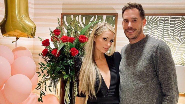 Bývalá rebelka Paris Hilton se zasnoubila: Blonďatá dědička dostala prsten ke čtyřicátinám