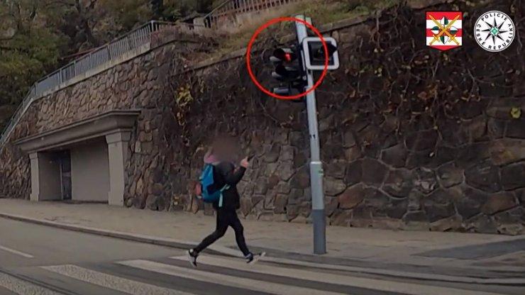 Drzost se nevyplácí: Žena v Brně ukázala na auto prostředníček, seděli v něm policajti