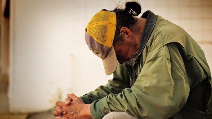 Útěk z karantény: Bezdomovci z Plzně vytrhli mříže v okně a vzali nohy na ramena