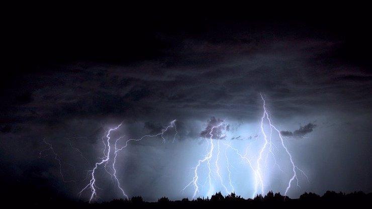 Sbohem, léto: Prudce se ochladí, ženou se silné bouřky, hrozí povodně