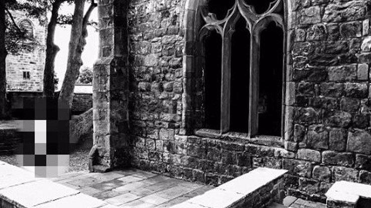 Záhadný přízrak na fotografii z 900 let starého zámku. Jde o ducha malé holčičky, která tam žila?