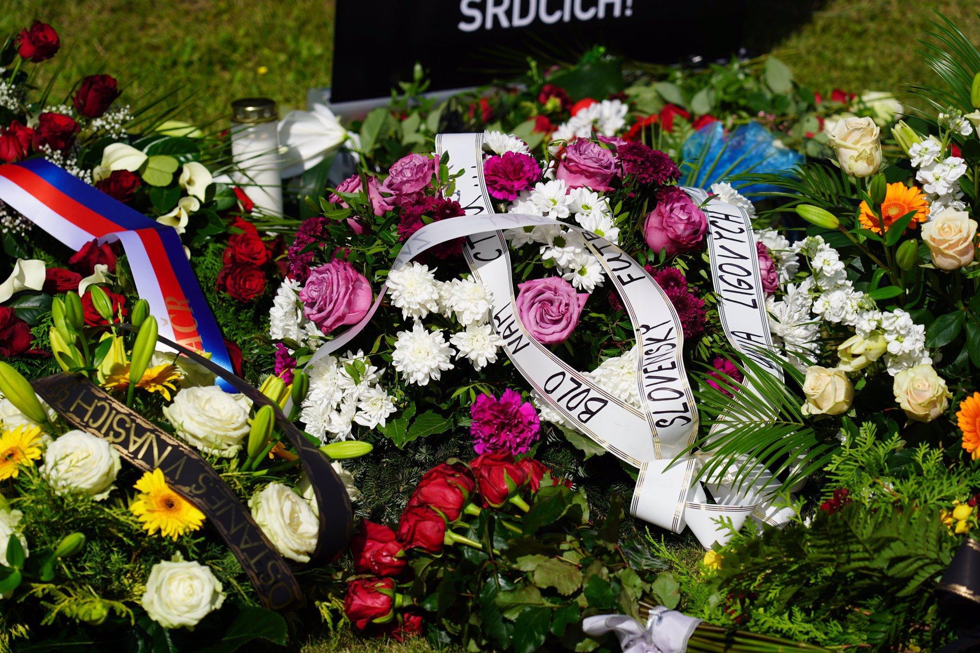 Naprosto nevhodný outfit na pohřbu Čišovského: Manželka Zemana vynesla tenisky a ukázala bradavky