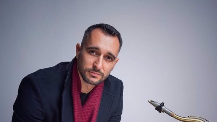 Decastelo, Matl, Pavlovčinová, Slováček a další ve vánočním klipu René Juniora: Saxofonista se dočkal tvrdé kritiky