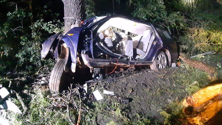 Tragická nehoda v Praze: Osobní auto u Mochova přerazilo strom napůl, dva lidé zemřeli