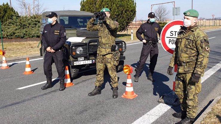 Obyvatelé Litovle utíkají z města přes polní a lesní cesty: Porušují nařízenou karanténu