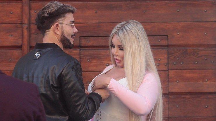 Líbání a osahávání ňader: Rodrigo už je Jessica Alves a nebojí se ukazovat lásku