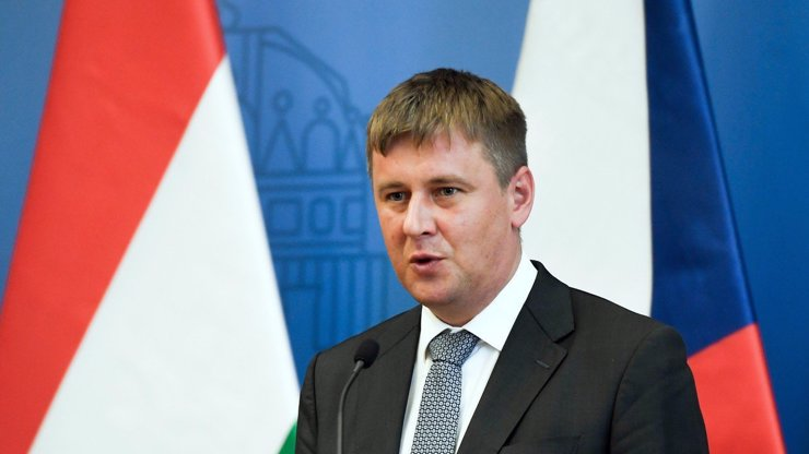 Hamáček si hřeje hada na prsou. Ministr Petříček ho chce sesadit z čela ČSSD