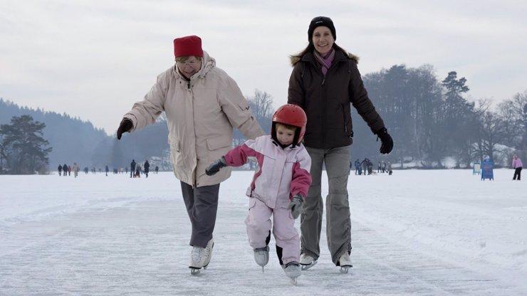 Horor na jezeře: Policie vyháněla bruslící děti z ledu vrtulníkem, rodiče i odborníci zuří
