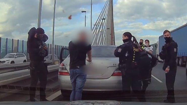 Řidič mercedesu v Praze vytáhl zbraň na sanitku: Poznáváte agresora?