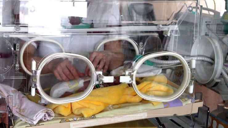 V Británii se koronavirem nakazil novorozenec, je to nejmladší pacient na světě