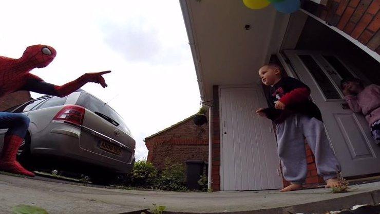 Video, co vám vrátí víru v lásku: Zoufalý otec vyloudil úsměv na tváři umírajícího syna!