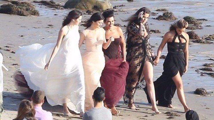 Holky Kardashianovy po dlouhé době společně před objektivem: Víme, co chystají!