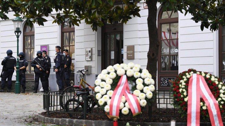 Zmatky ve vídeňském útoku pokračují: Svědek tvrdí, že útočník byl jen jeden