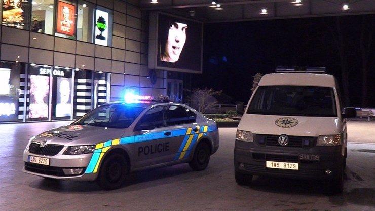 Opilá a zdrogovaná řidička nabourala v Praze policejní vůz: Při nehodě vyhasl život mladého policisty