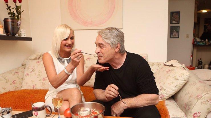Rychtář si prý do domu své exmanželky tahá milenky: Víme, kdy měl naposledy sex!