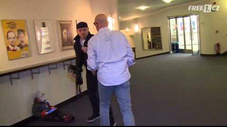 Video jako důkaz, že Vašut zřejmě definitivně zešílel! Běsný herec bezdůvodně napadl fotografa na akci pro média!