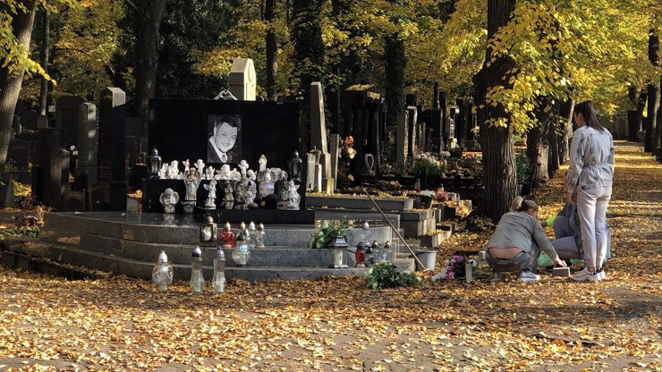 Dušičky klepou na dveře: Na hrobu tragicky zesnulého Jana Kočky se už pracuje