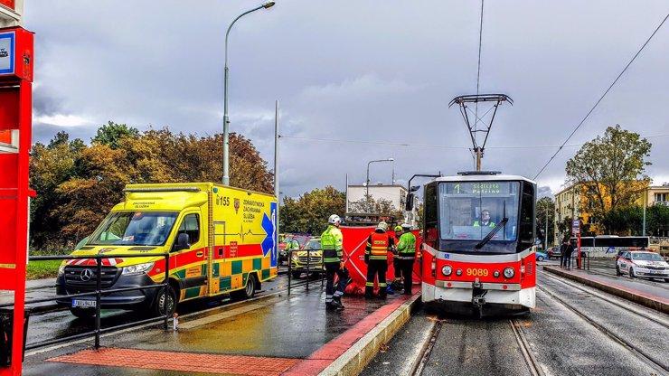Tragická nehoda v Praze: Mladá žena přišla o život, nedala přednost tramvaji