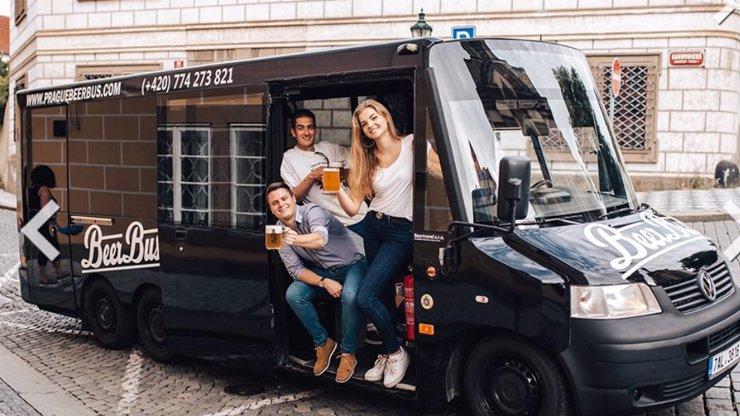 Zakázaná pivní kola nahradily pivní autobusy se striptérkami: Co udělá vedení Prahy nyní?