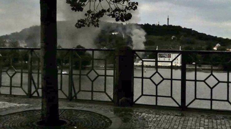 Ohromný požár na pražské Kampě: Probíhá evakuace obrazů, jeden zraněný