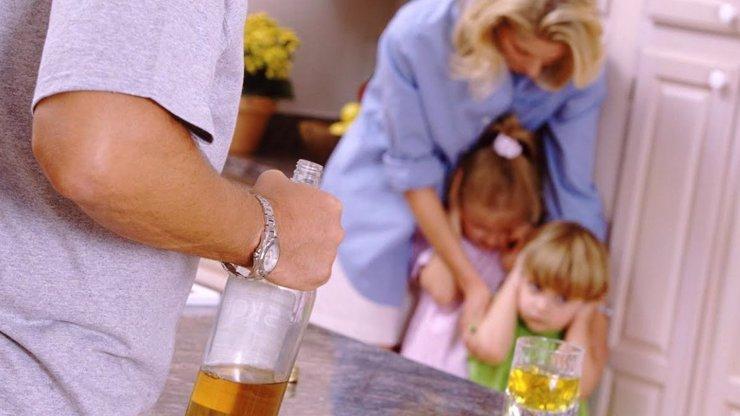 Česko, rozvodová země, kde děti vychovávají otcové alkoholici a matky v depresi