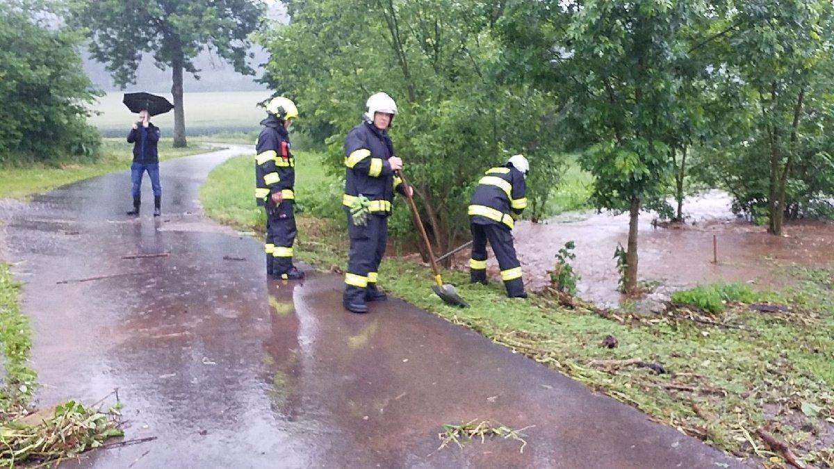 Extrémní déšť nepolevuje: Zatopená mateřinka a valící se voda na silnicích. Hasiči jsou stále v pohotovosti