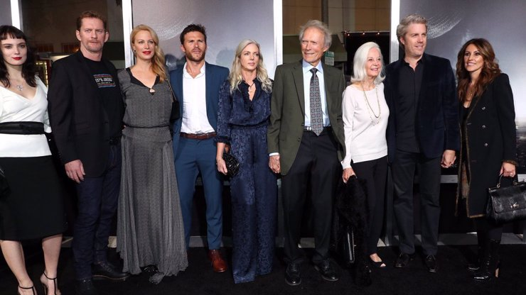 Legendární Clint Eastwood slaví 90: Šťastným ho dělá sličná o 34 let mladší přítelkyně a 8 dětí