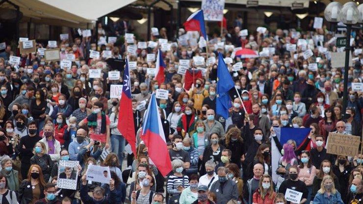 Lidé jdou protestovat: Demonstrace Milionu chvilek se kvůli koronaviru přesouvá na internet