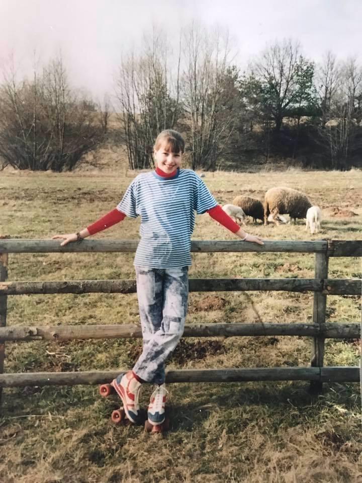 20 let stará fotka! Inna Puhajková byla roztomilá dívenka! Co to má ale na nožičkách?