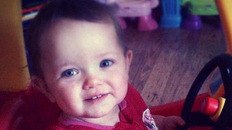 Záhadná smrt ročního andílka: Policie tvrdí, že holčičku otec několik měsíců sexuálně zneužíval, důkazy chybí