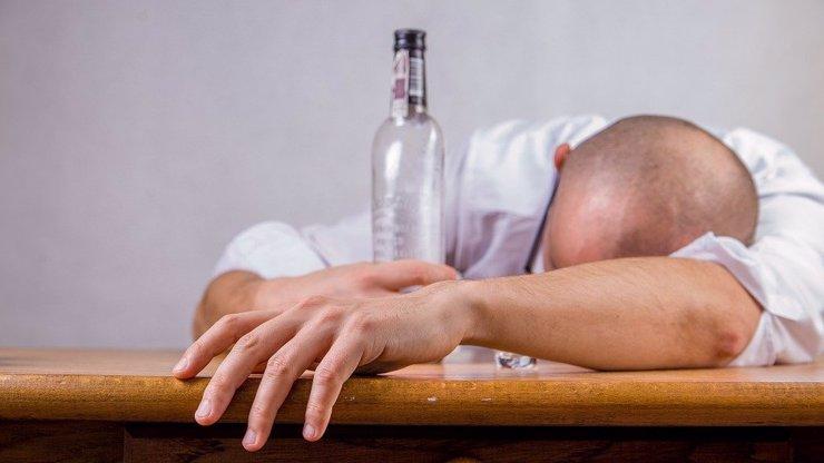 Kvůli roušce praštil muže lahví do hlavy: U soudu se roztomile hájil