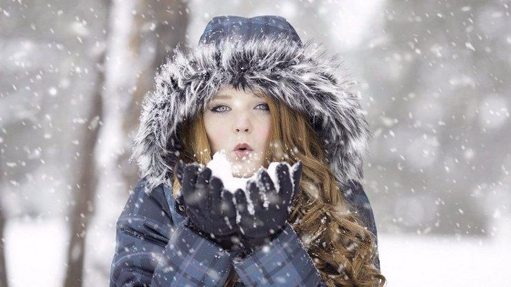 Připravte si pořádně teplé oblečení. O víkendu se ke sněhu přidá i tuhý mráz
