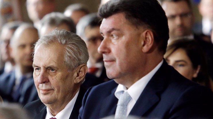 Zeman si vyžádal od BIS jména ruských špionů, Nejedlý byl v Moskvě: Opozice zuří
