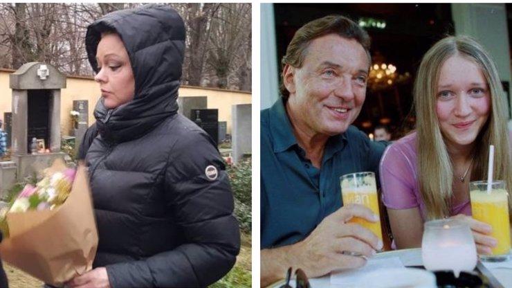 Smutek měly vepsaný ve tváři: Dominika a Lucie Gottovy navštívily hrob tatínka Karla