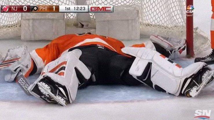 Český gólman Michal Neuvirth zkolaboval během utkání v NHL. Dlouhé vteřiny se nedokázal pohnout