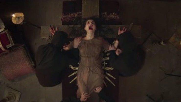 VIDEO: Do krku jí narvali mokrý hadr, pak ji přivázali na kříž a vyháněli z ní ďábla! Nyní tahle reálná hrůza znovu ožila!