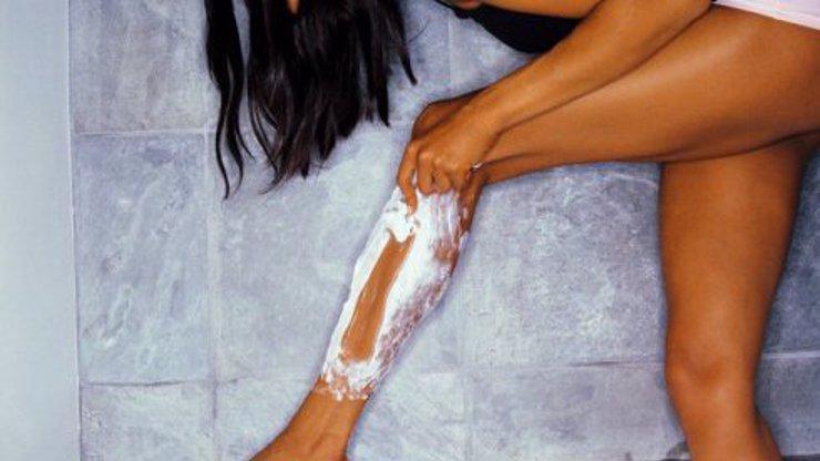 Dámy, víme, jak přelstít chloupky: 5 triků, jak se nebudete muset holit tak často!